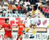 图文:[中超]青岛0-1陕西 头球攻门瞬间
