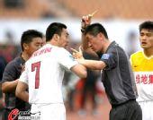 图文:[中超]青岛0-1陕西 赵旭日不服裁判