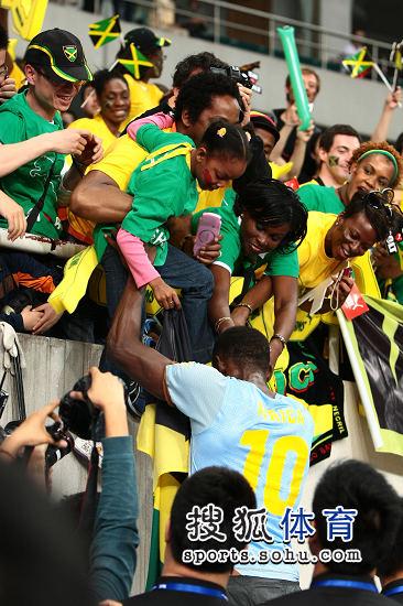 图文:上海赛博尔特200米夺冠 与粉丝互动