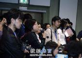 图文:两飞人联袂出席发布会 记者向刘翔提问