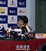 图文:两飞人联袂出席发布会 刘翔人气仍在