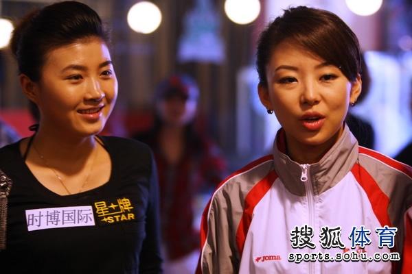 赛后潘晓婷与付小芳一同接受采访