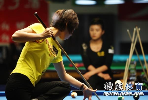图文:陈雪获得女子八球亚军 帅气的扎杆击球
