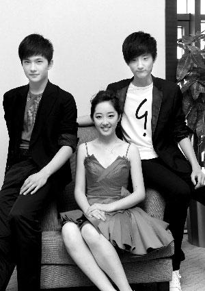 大小宝玉扮演者杨洋、于小彤分坐在黛玉扮演者蒋梦婕两旁。 郭延冰 摄