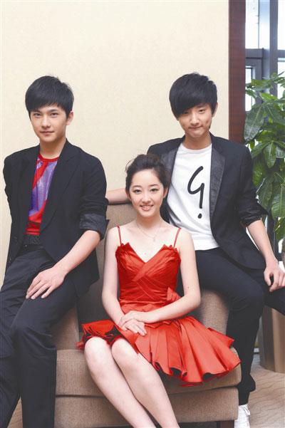 蒋梦婕(中)、杨洋(左)和于小彤(右)分别饰演林黛玉、大宝玉和小宝玉