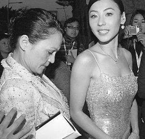 张柏芝结婚前多由母亲陪伴。