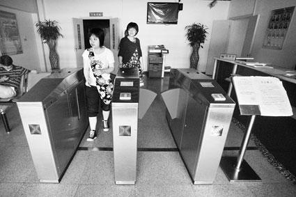 """今天上午,部分宿舍楼下的门禁闸机已经""""上岗"""" 摄/记者王丹"""