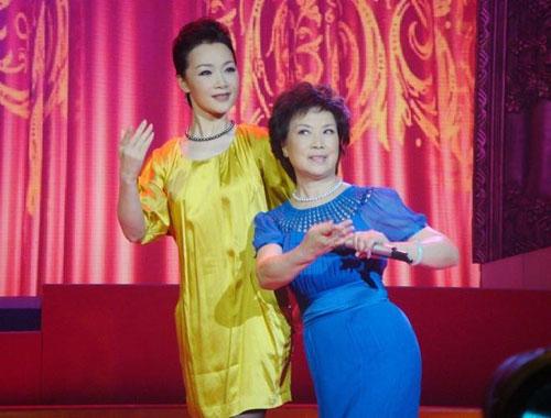 吕薇与母亲扮夫妻唱越剧