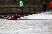 图文:体育大会摩托艇比赛 赛艇过弯水花飞溅