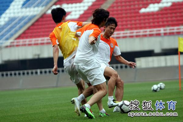 图文:[中超]鲁能备战陕西 两人夹击