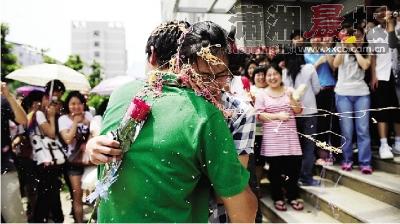 """""""同学们鼓励小杨,大家提着玫瑰花走向女生寝室,一路吸引目光无数."""