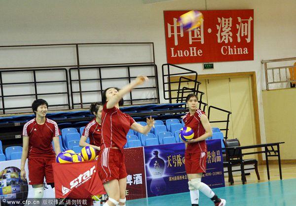 图文:中国女排赛前训练 中国女排轻松训练