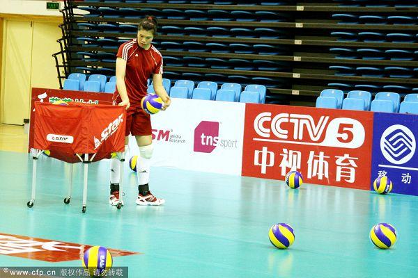图文:中国女排赛前训练 徐云丽特写