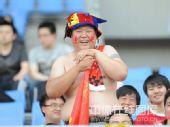 图文:[中超]辽宁1-0重庆 球迷半裸助阵