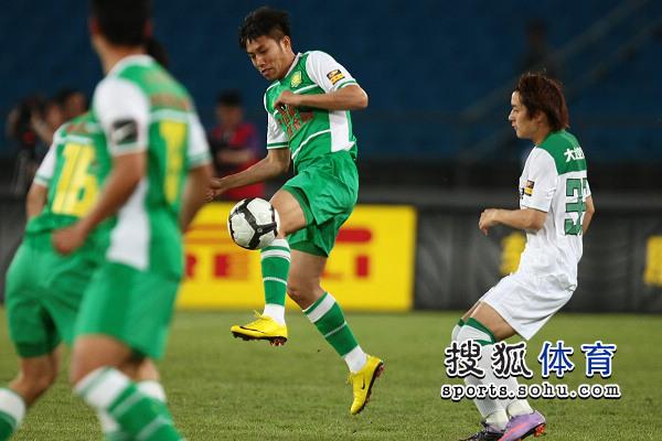 图文:[中超]北京VS杭州 王长庆分球