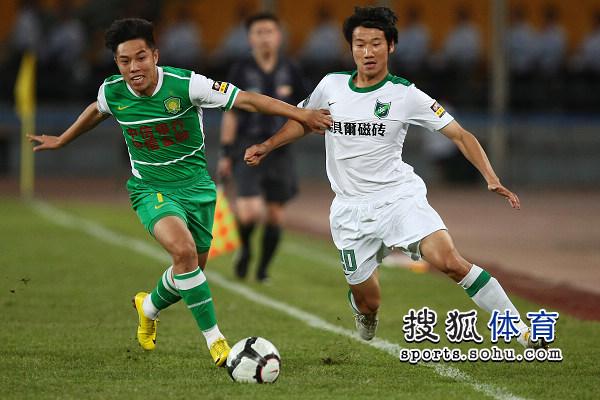 图文:[中超]北京VS杭州 王长庆突防守