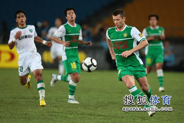 图文:[中超]北京VS杭州 马季奇带球