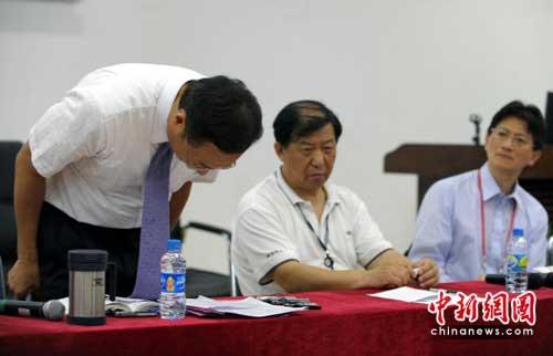 """2010年5月26日,富士康科技集团总裁郭台铭在深圳就""""富士康员工自杀事件""""深深三鞠躬。"""