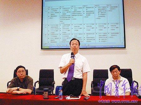第三届海峡两岸心理暨社会学专家团调研会上,富士康总裁郭台铭发表道歉讲话。本报记者 刘芳摄