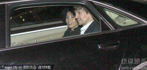 张曼玉与小男友在车内