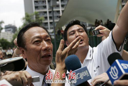 昨日富士康总裁郭台铭成为瞩目的焦点,走到哪里都被记者所包围。南方日报记者丁玎 摄