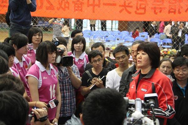 图文:郎平为包头一中女排指导技术 给队员指导