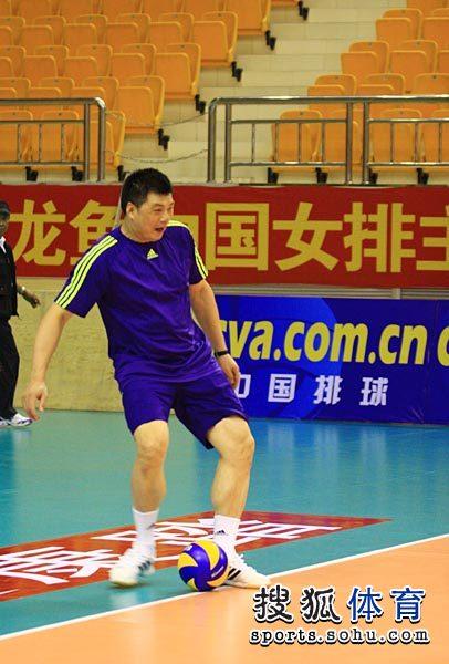 图文:中国女排备战精英赛 俞觉敏踢球