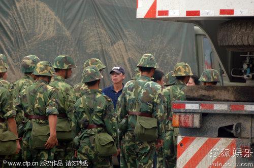 图:冯小刚在《唐山大地震》拍摄现场