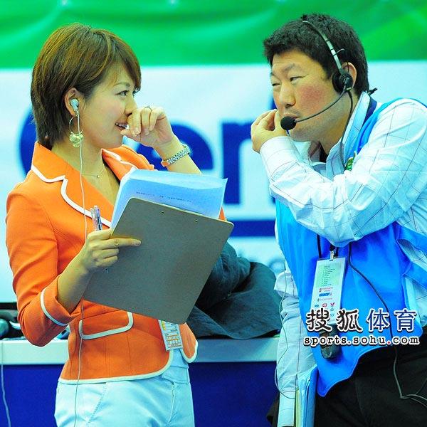 日本女主播与助手交流工作