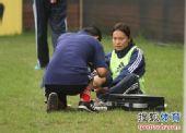 图文:[亚洲杯]中国女足备战日本 接受治疗