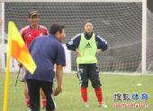 图文:[亚洲杯]中国女足备战日本 教练在讲解