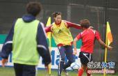 图文:[亚洲杯]中国女足备战日本 遭遇围抢
