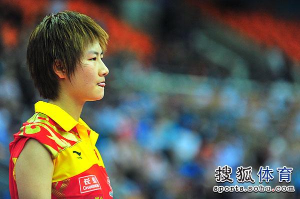 图文:中国女乒3-0荷兰进四强 丁宁冷静思考