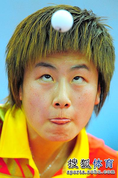 图文:中国女乒3-0荷兰进四强 丁宁发球特写