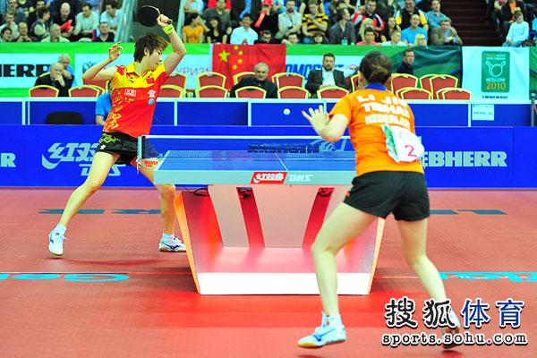 图文:中国女乒3-0荷兰进四强 丁宁正手扣球
