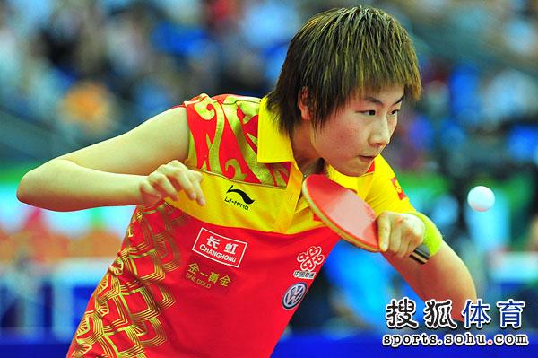 图文:中国女乒3-0荷兰进四强 丁宁表情专注