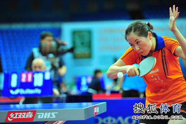图文:中国女乒3-0荷兰进四强 李洁反手接球