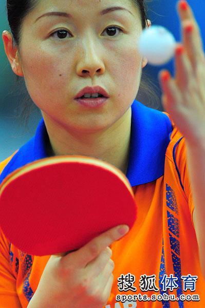 图文:中国女乒3-0荷兰进四强 李洁发球瞬间