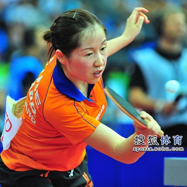 图文:中国女乒3-0荷兰进四强 李洁在比赛中