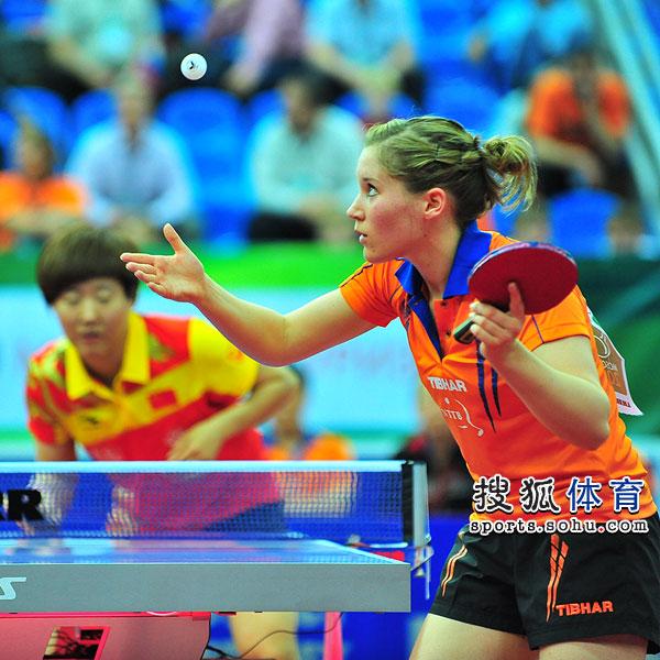 图文:世乒赛中国女队3-0荷兰 卡尔拉发球瞬间