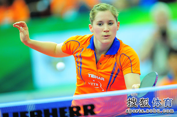 图文:世乒赛中国女队3-0荷兰 卡尔拉回球瞬间