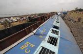 印度西孟加拉邦拍摄的列车脱轨事故现场