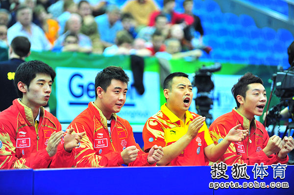 图文:世乒赛男队3-0日本 刘国梁为马琳喝彩