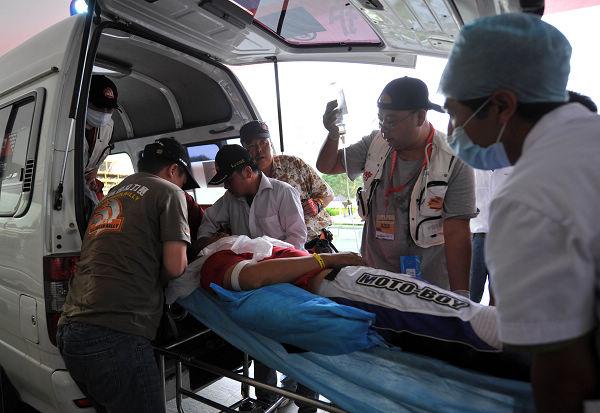 车手邵磊昏迷被送上救护车