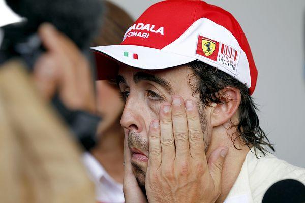 图文:F1土耳其站排位赛 阿隆索鬼脸搞笑