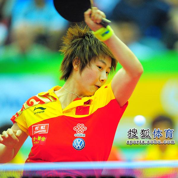 图文:世乒赛半决赛女队3-0日本 丁宁正手扣杀