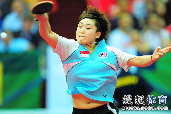 图文:世乒赛决赛女队VS新加坡 冯天薇正手扣杀