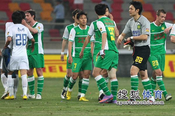 图为京津两队球员赛后互致敬意