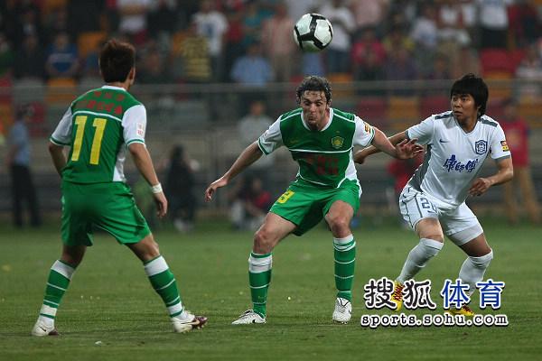 图文:[中超]天津0-0北京 罗斯解围