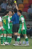 图文:[中超]天津0-0北京 裁判出示黄牌
